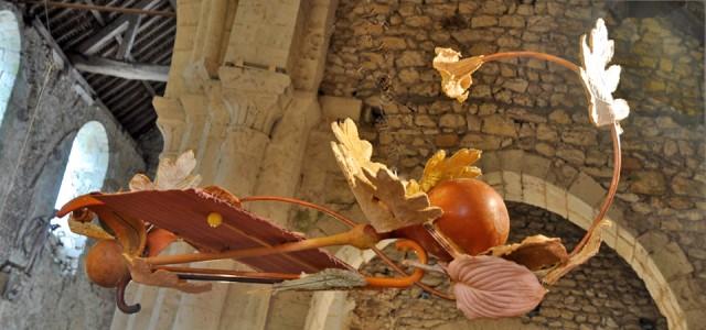 Oiseau de cannes et de feuilles fossilisées